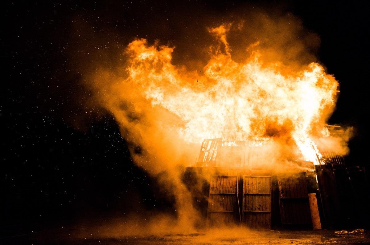 cladire-flacari-foc